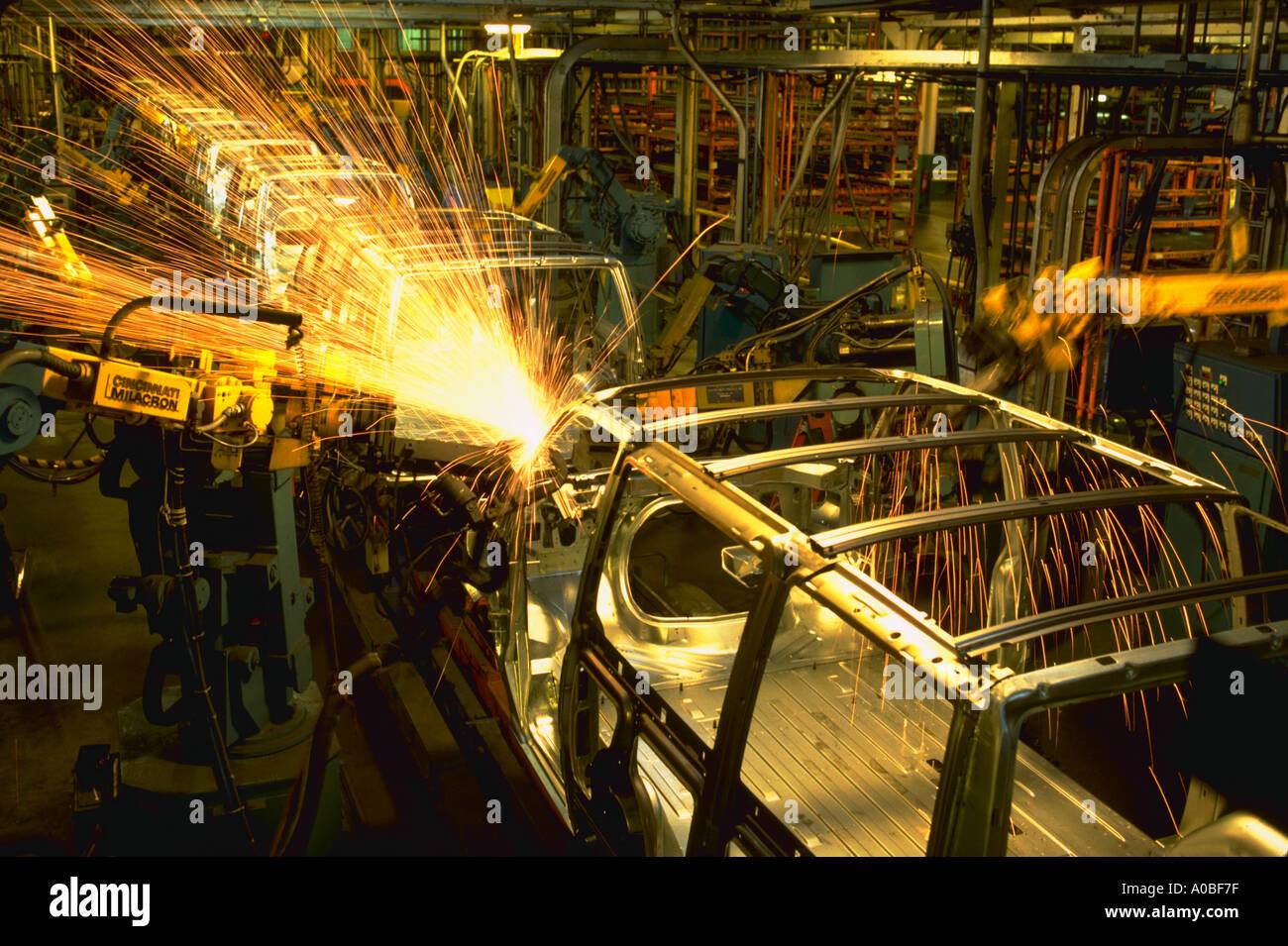 Robots weld van bodies at General Motors plant in Baltimore MD DA 4037 - Stock Image