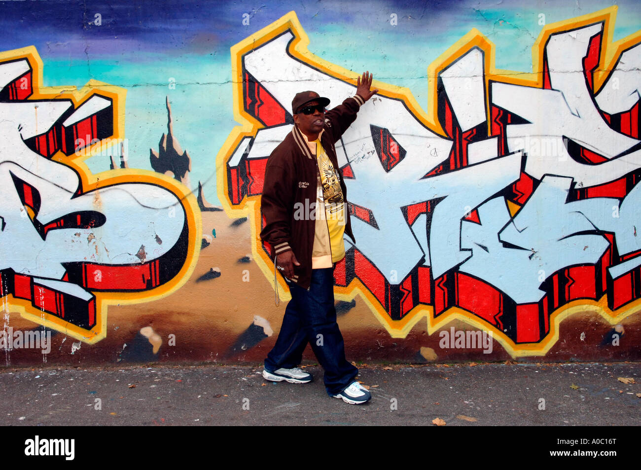 Rapper Grandmaster Caz conducts a Hip Hop tour with a stop at the Graffiti Wall of Fame on East 106 St in East Harlem Stock Photo