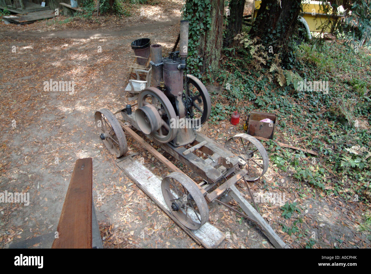 1904 antique Peerless 6 horsepower engine on an antique cart at a saw mill - Stock Image