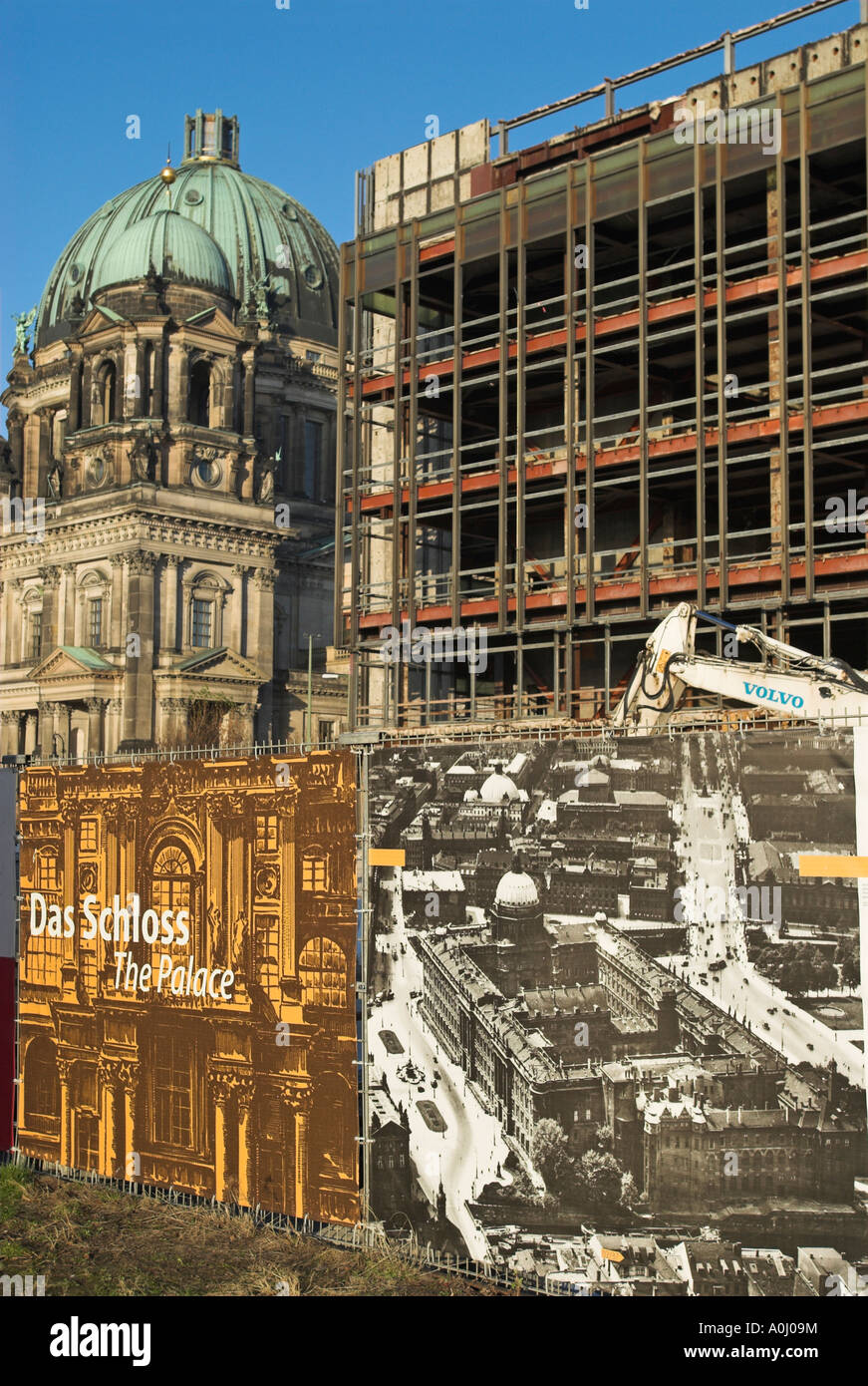 Historic photo of the demolished city castle (Stadtschloss) in front of the ruins of the former GDR legislative - Stock Image