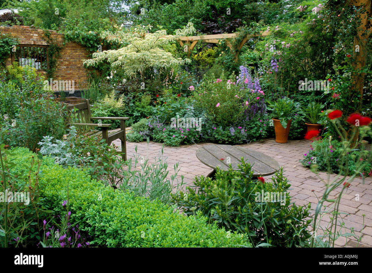 Chelsea Fs 2002 Country Cottage Garden With Patio Area Design Stock Photo Alamy