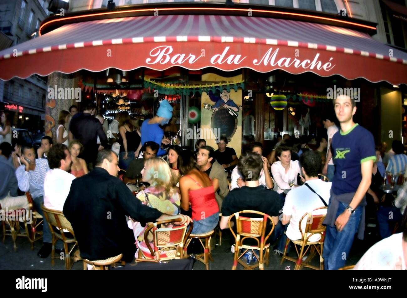 PARIS, France, Crowd People Sharing Drinks on Sidewalk Terrace Paris Café Bar Bistro Restaurant in Latin Quarter - Stock Image
