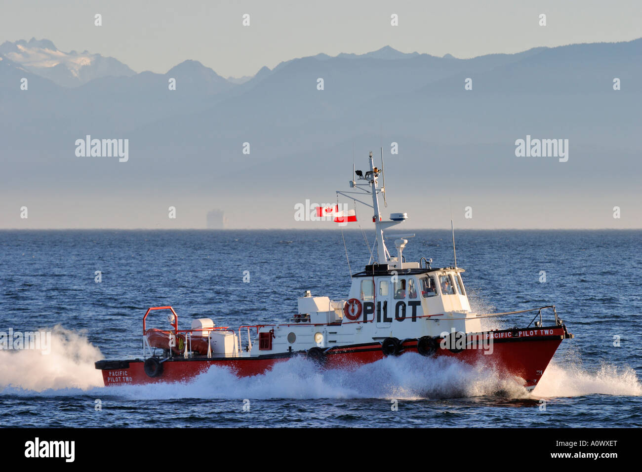 Port of Victoria harbourmaster pilot boat in Juan de Fuca Strait with Olympic mountains in background. - Stock Image
