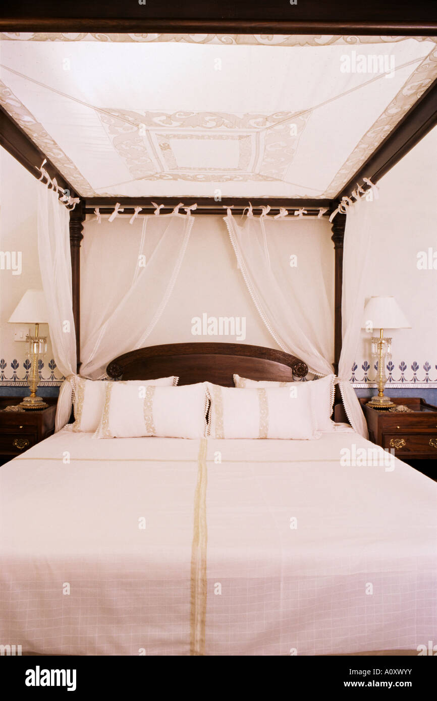 Four poster bed dressed with traditional Lucknow chikan worked fabric Lutyens style bungalow New Delhi India Asia - Stock Image