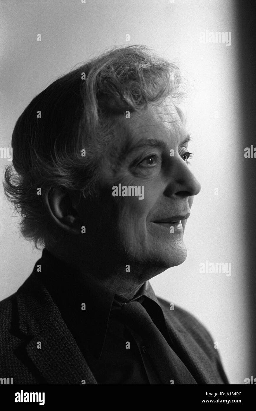 QUENTIN CRISP IN HIS EARLS COURT FLAT LONDON  1981. HOMER SYKES - Stock Image