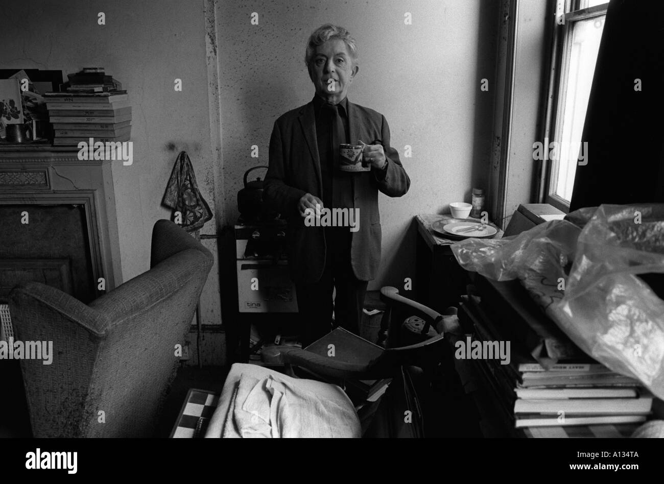 QUENTIN CRISP IN HIS EARLS COURT FLAT  LONDON DRINKING TEA. 1980s UK HOMER SYKES - Stock Image