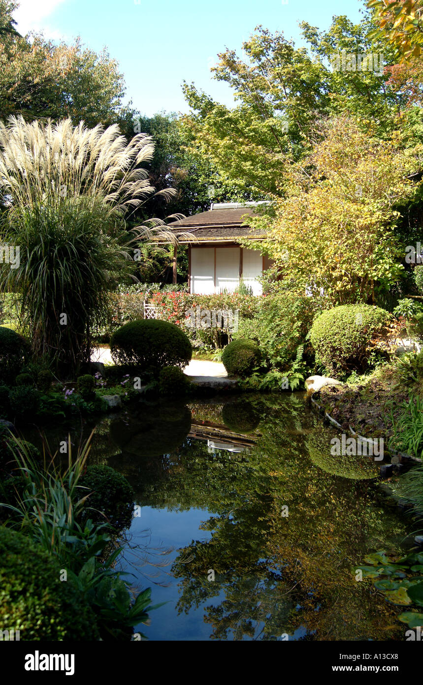 Pond and building in the grounds at Shishendo Temple Kyoto Japan - Stock Image