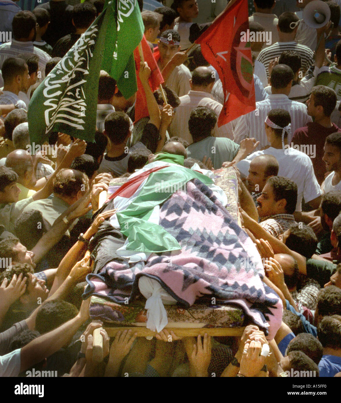 Yusuf Khalifa 18 is carried out of a mosque in Gaza Monday October 9 2000 Photo by Ami Vitale - Stock Image