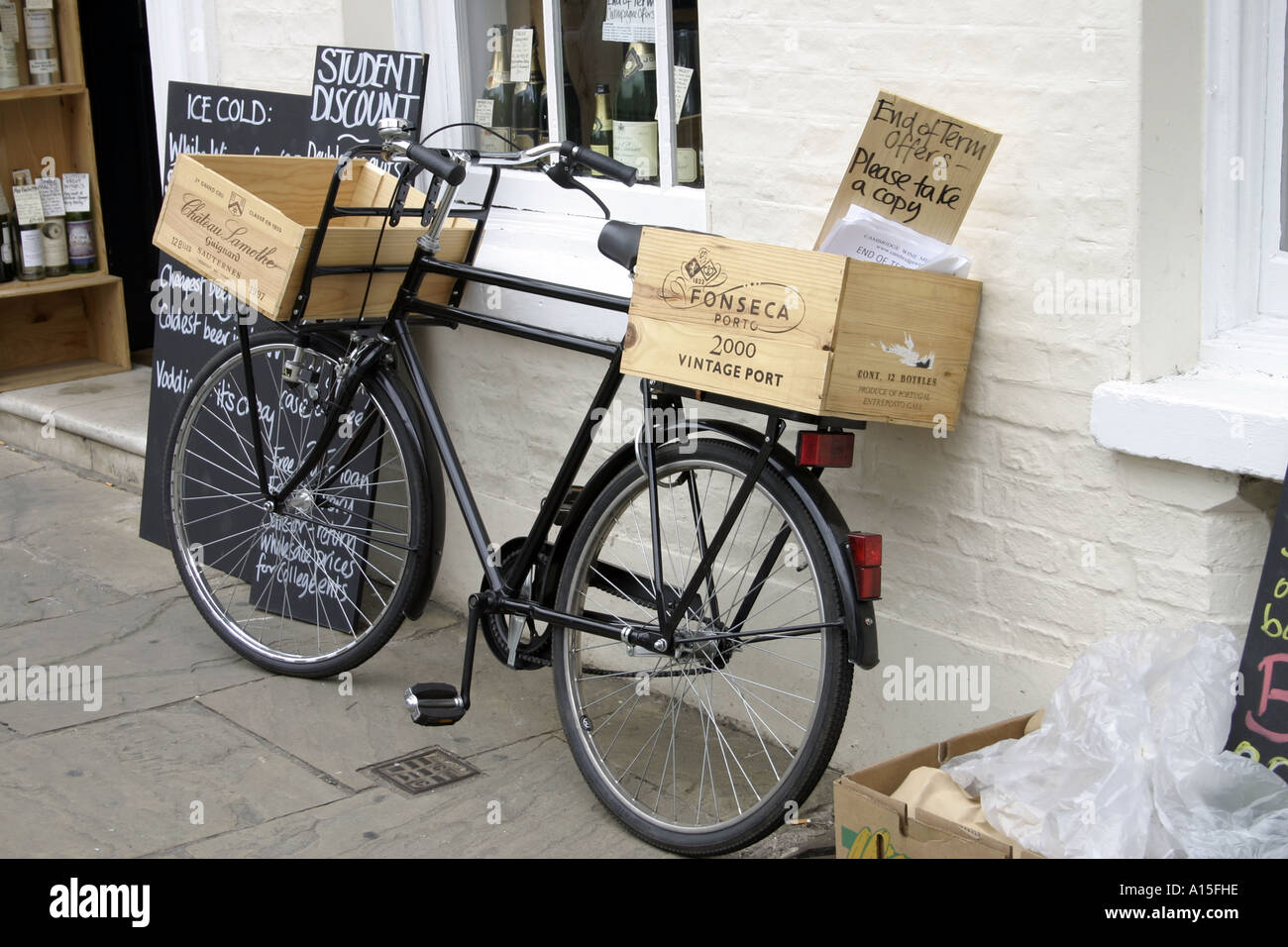 Grocers bicycle Cambridge outside a wine merchants store - Stock Image