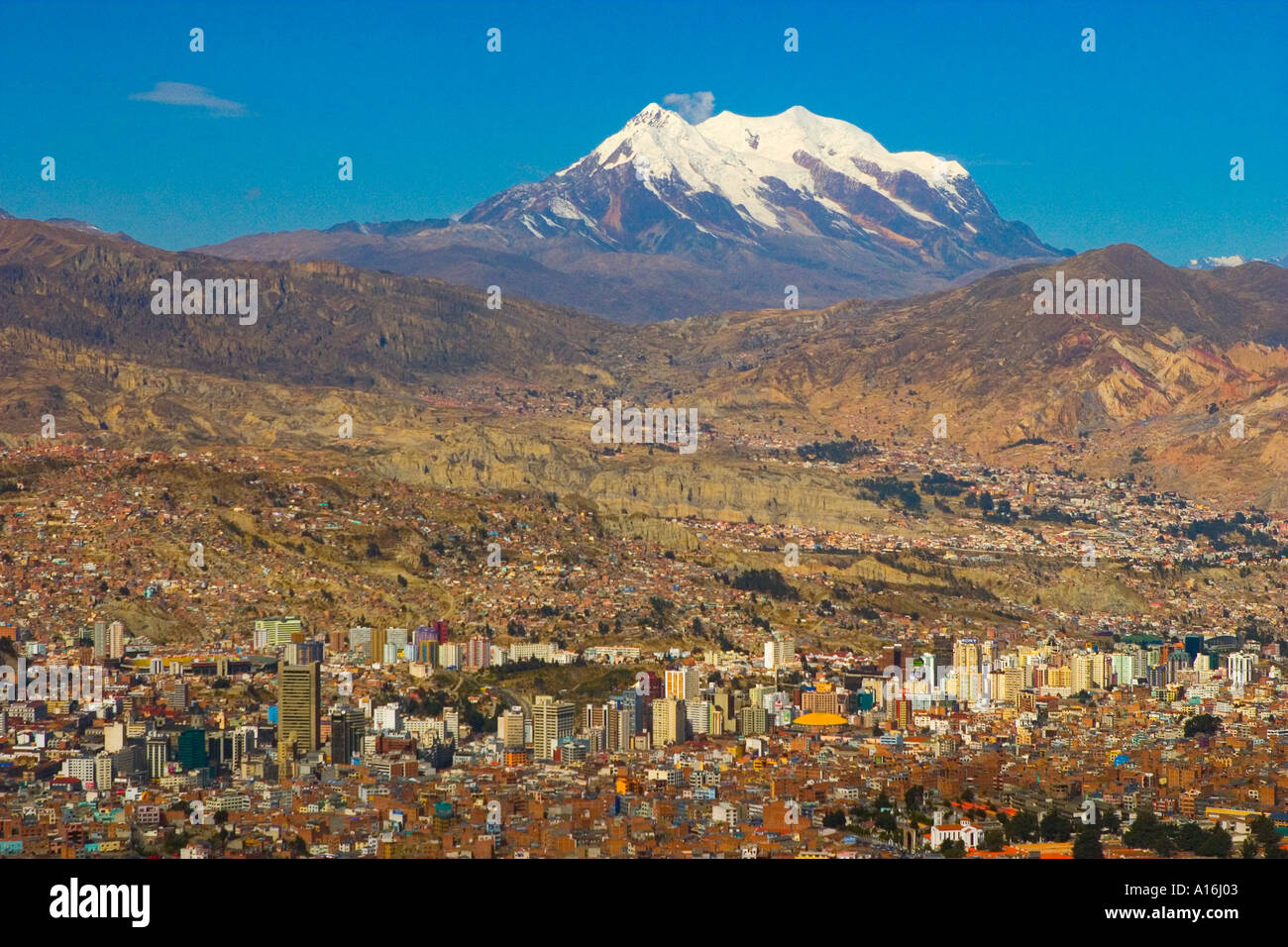 View of La Paz with Mount Illimani in the background - Stock Image