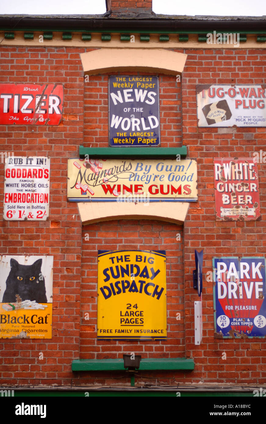 A COLLECTION OF OLD TIN ADVERTISING SIGNS IN THE GLOUCESTERSHIRE TOWN OF ROSS ON WYE UK - Stock Image