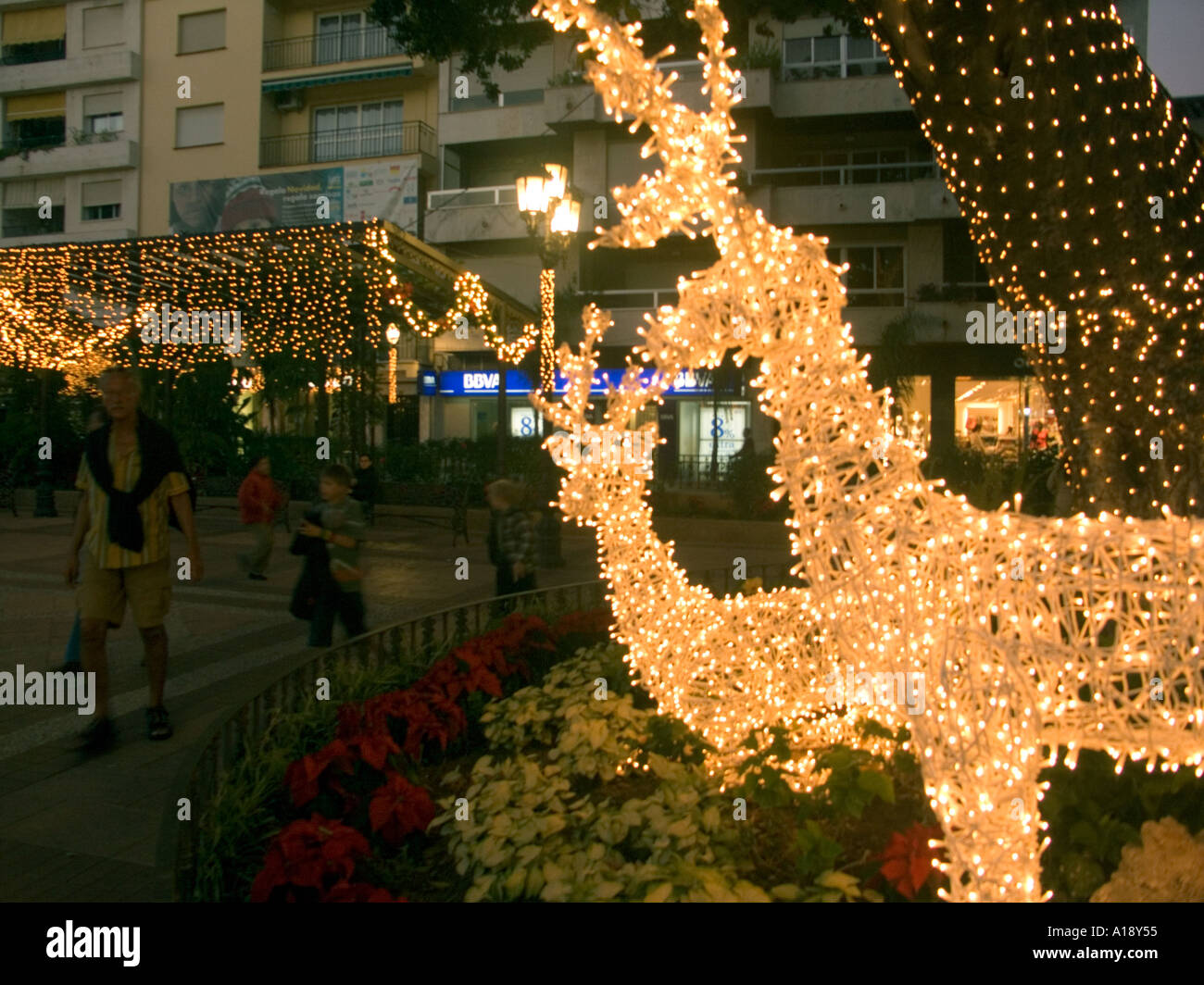 illuminated wire frame reindeer christmas lights and decorations rh alamy com wire frame outdoor christmas decorations wire frame christmas lawn decorations