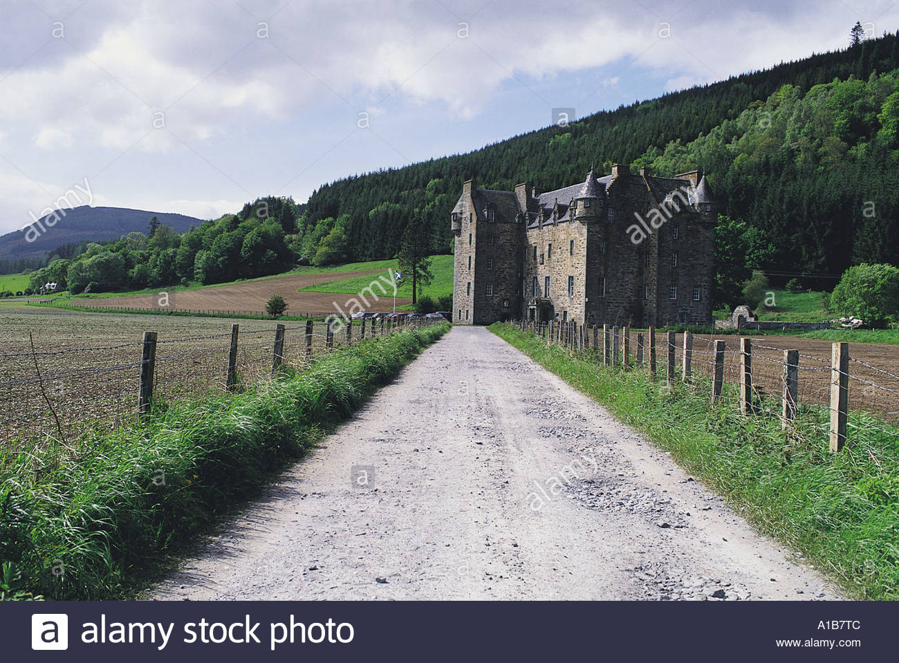 LOOKING ALONG THE DRIVEWAY TO THE IMPOSING EDIFICE OF CASTLE MENZIES ABERFELDY PERTHSHIRE - Stock Image