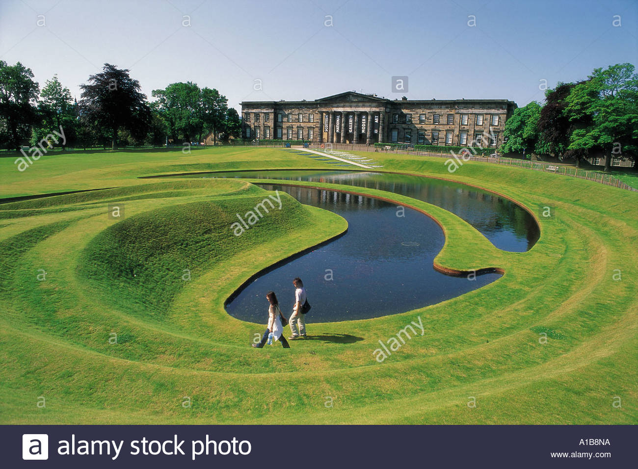 LOOKING DOWN TO VISITORS WALKING ROUND THE LANDFORM INSTALLATION UEDA AT THE SCOTTISH NATIONAL GALLERY OF MODERN ART EDINBURGH - Stock Image
