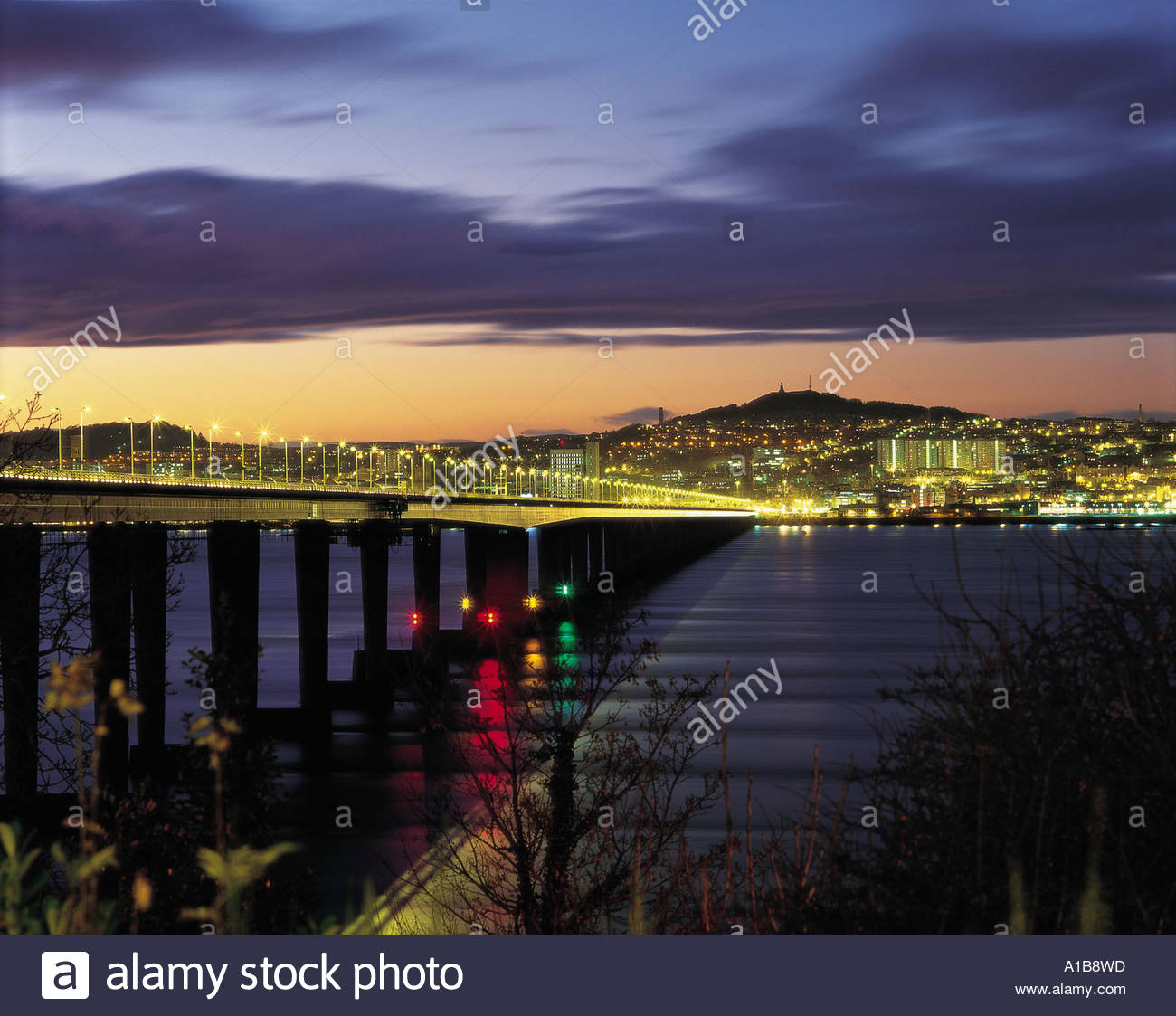 LOOKING ACROSS THE FIRTH OF TAY TO THE CITY OF DUNDEE AT SUNSET - Stock Image