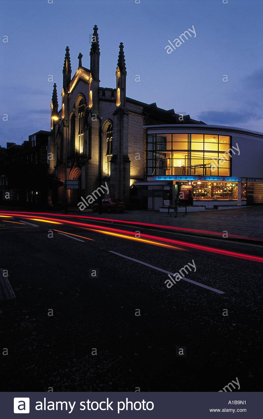 LOOKING ACROSS TO THE EXTERIOR OF THE DUNDEE CONTEMPORARY ARTS CENTRE AT DUSK - Stock Image