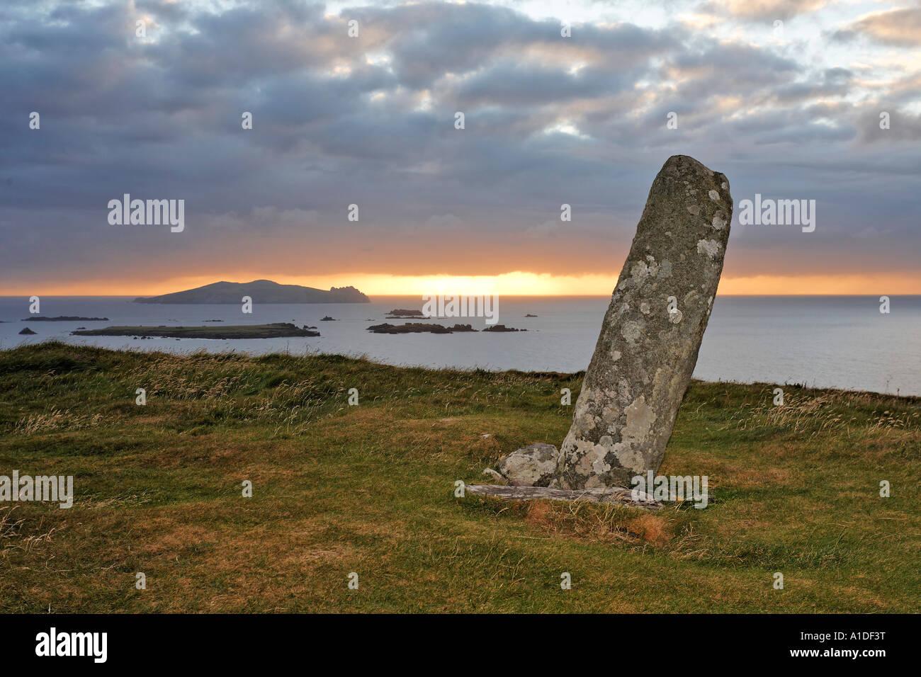 Standing stone bei Sonnenuntergang, Slea Head, Dingle peninsula, Kerry, Ireland - Stock Image