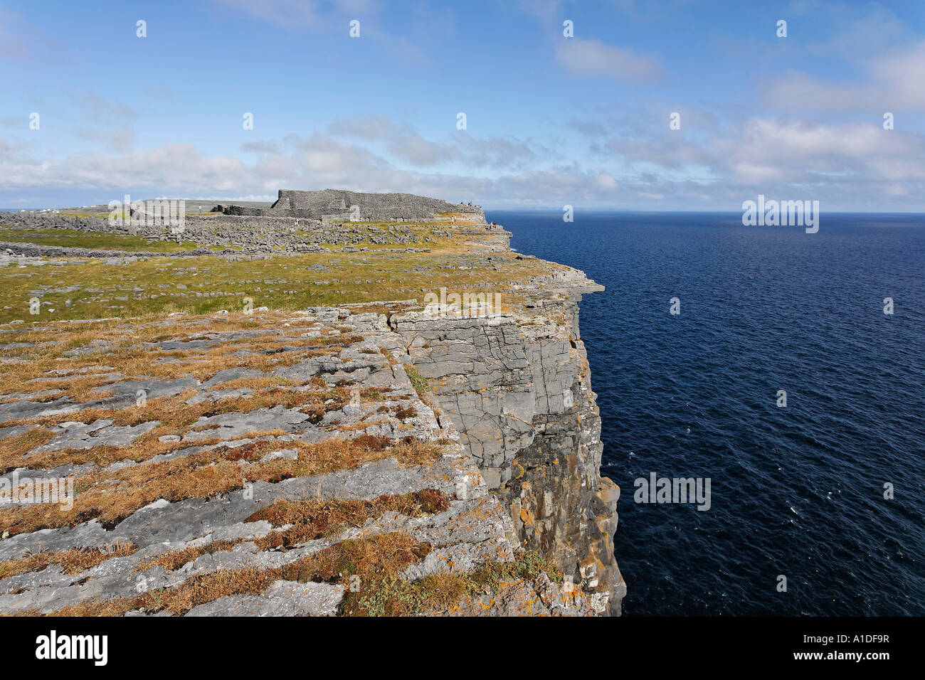 Cliffs and Dun Aengus Fort, Inis Mor, Aran Islands, Ireland - Stock Image