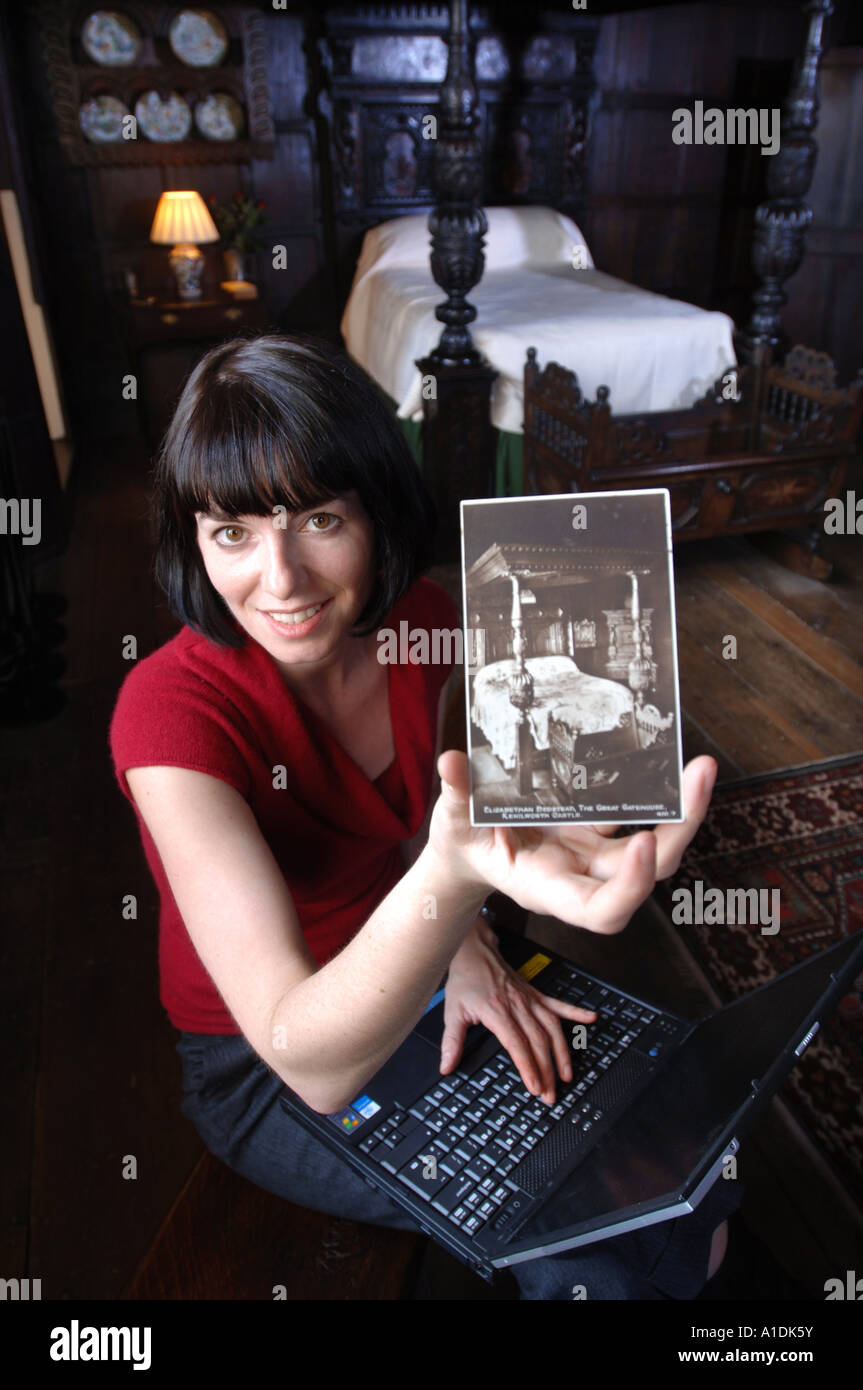 ENGLISH HERITAGE CURATOR TORI REEVE IN THE ELIZABETHAN BEDCHAMBER IN THE GATEHOUSE OF KENILWORTH CASTLE UK - Stock Image