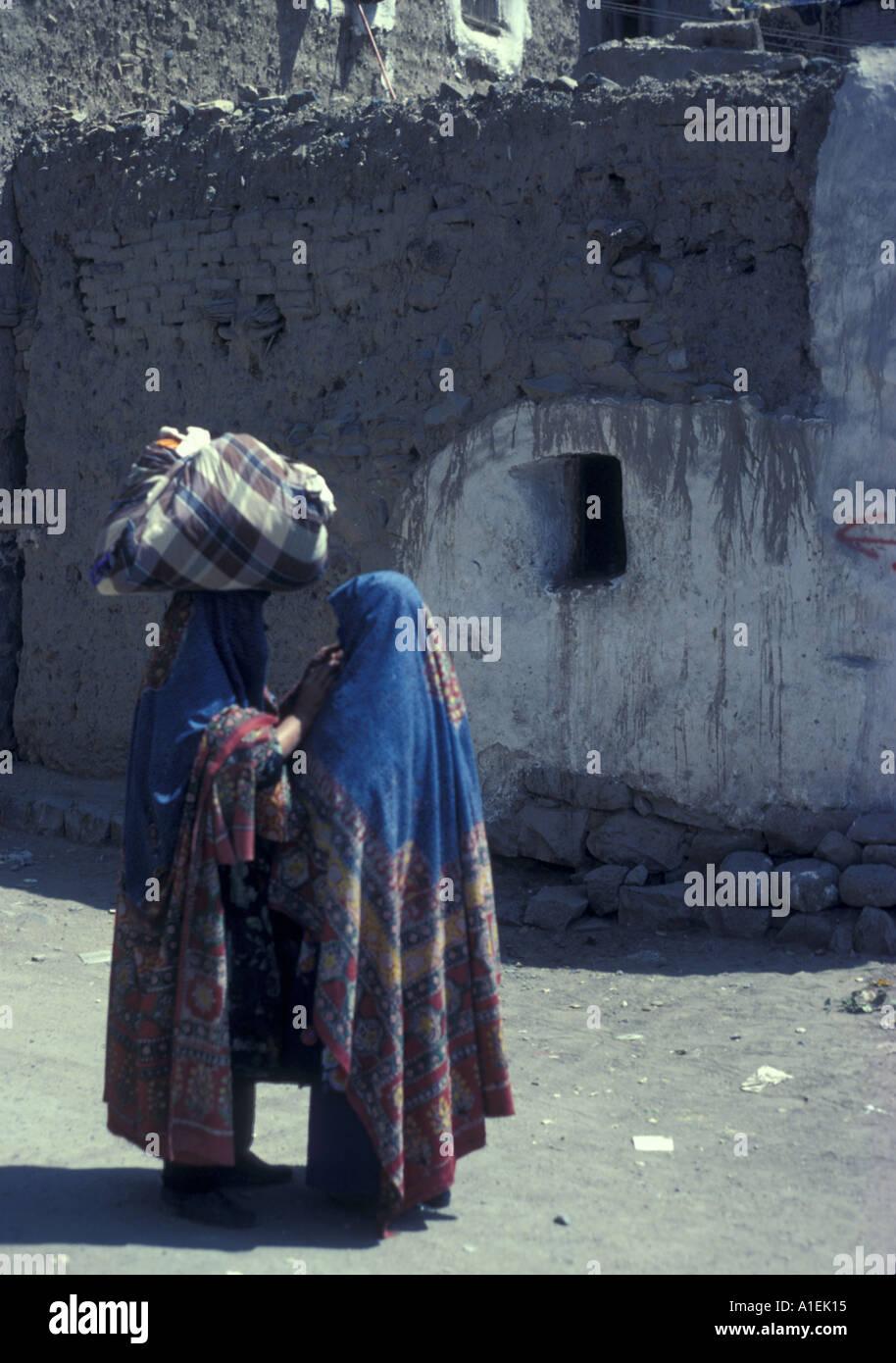 YEMEN women exchanging news in San`a - Stock Image