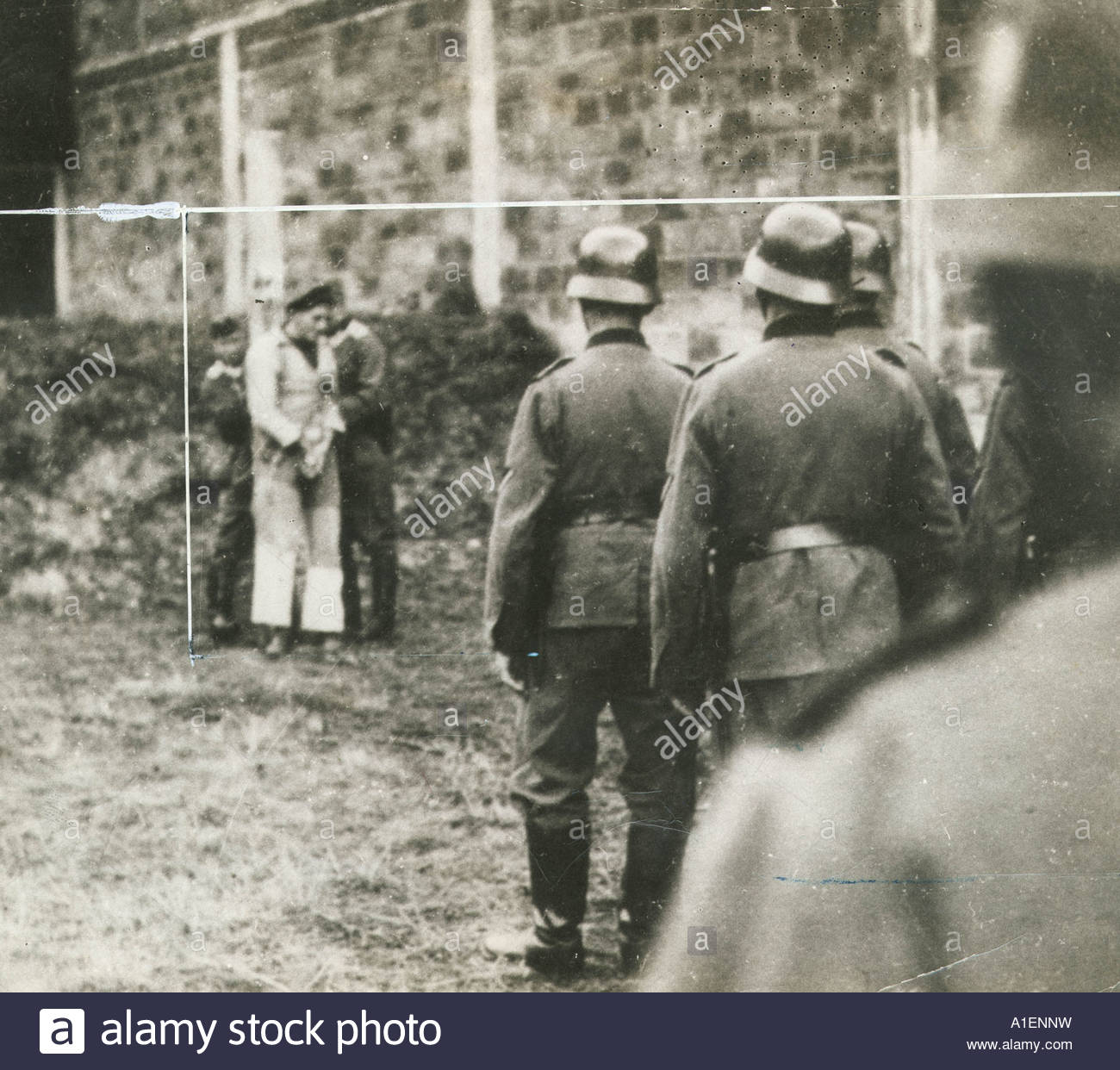 Nazi soldiers prepare to execute a man - Stock Image