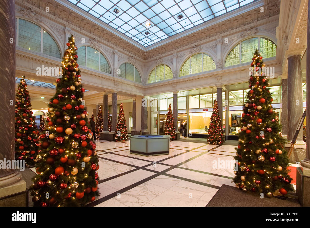Zurich Bank Credit Suisse interieur christmas tree Zuerich Credit ...