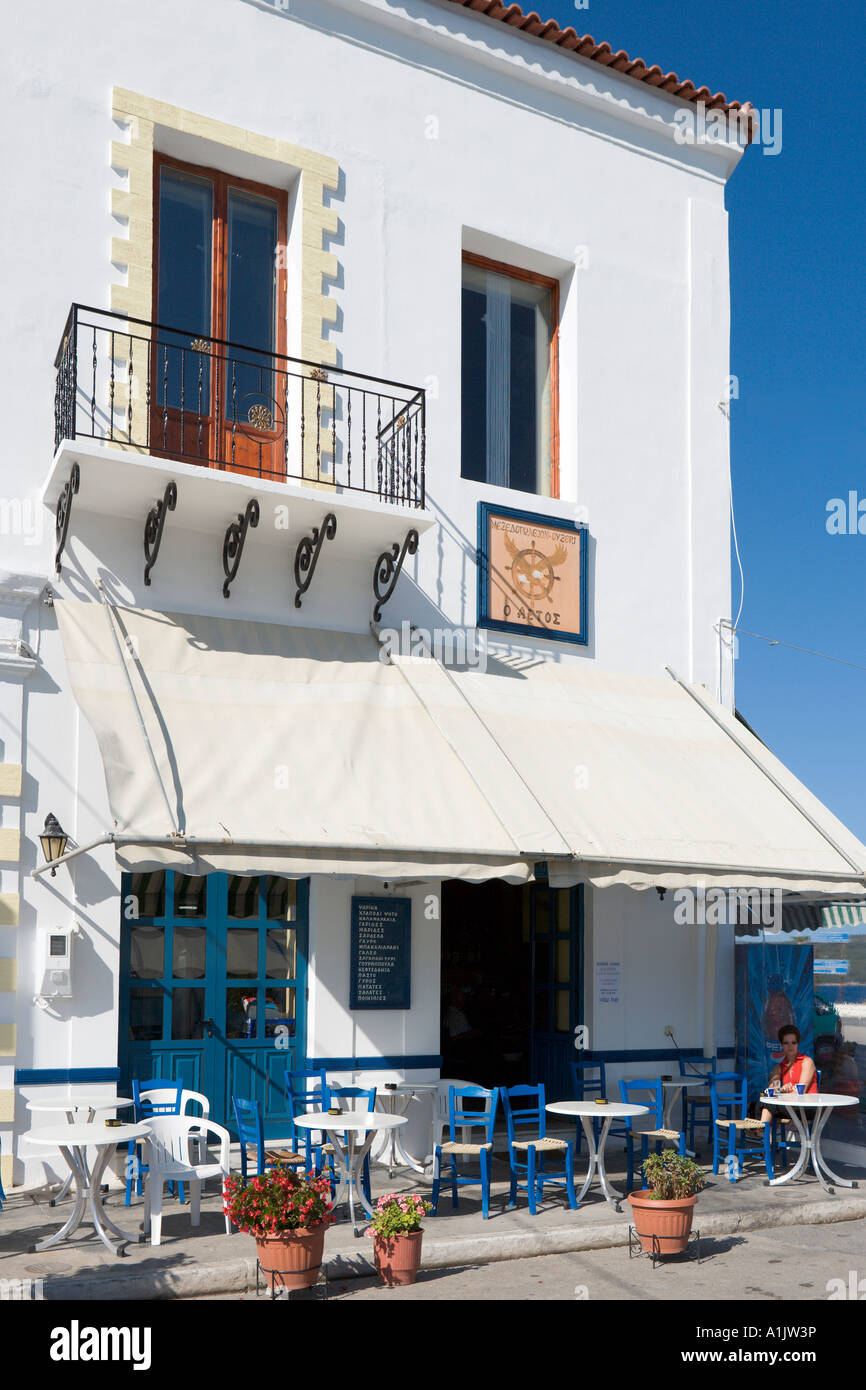 Seafront taverna in the harbour at Pylos, near Yialova, Messinia, Peloponnese, Greece - Stock Image