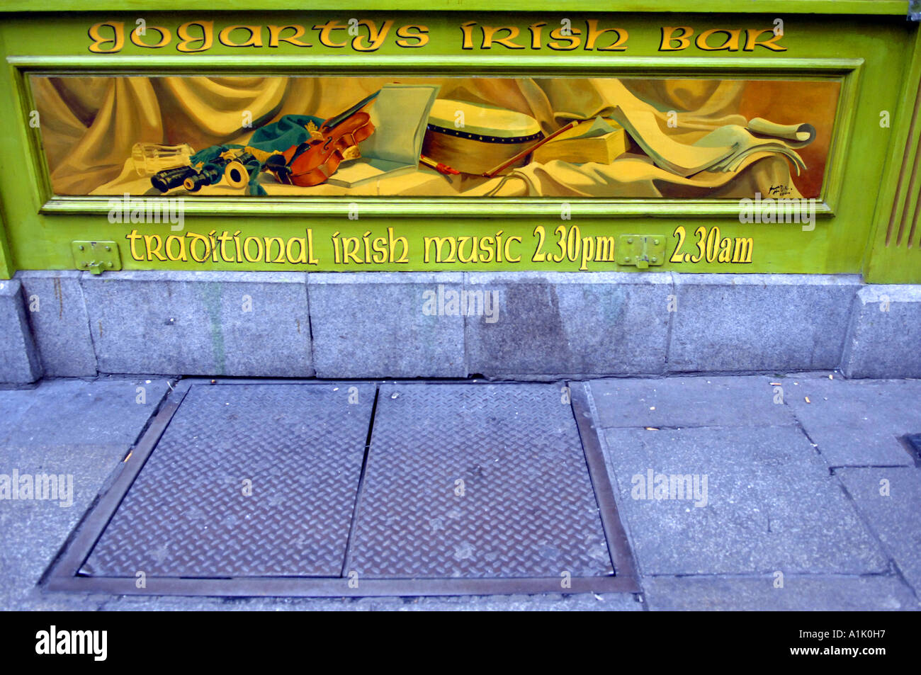 temple bar drinking pubs public house entertainemnt lesiure area district outside tourist history heritage culture ireland dubli - Stock Image
