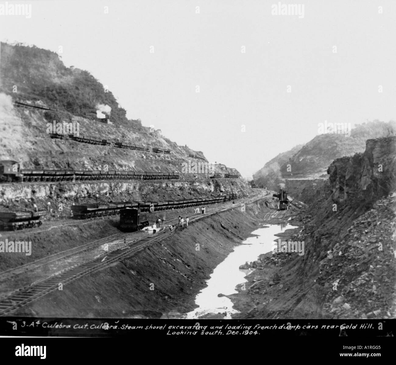 Culebra Cut Culebra Steam shovel excavating and loading French dump cars near Gold Hill looking South Dec 1904 - Stock Image