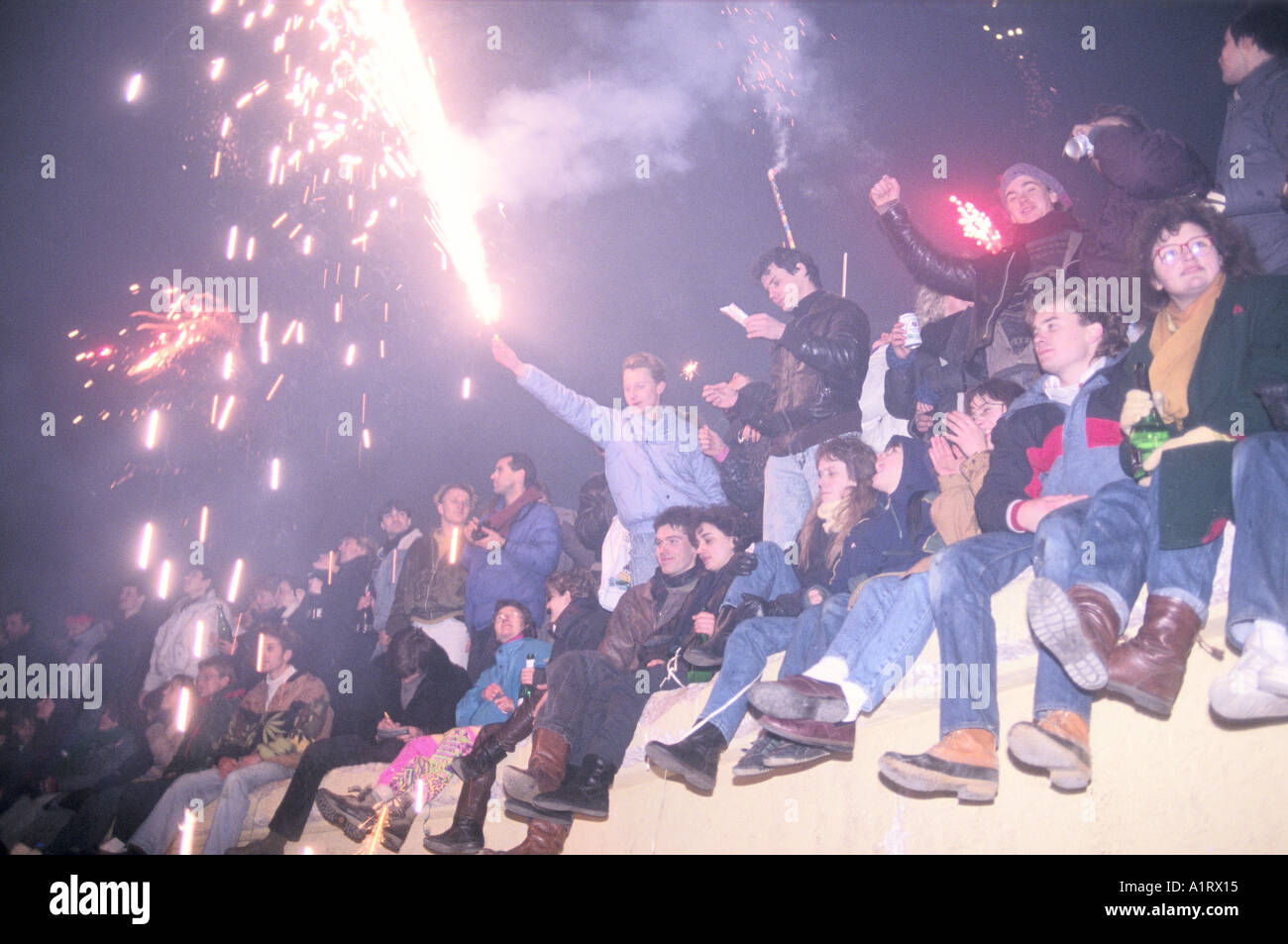 NEW YEARS EVE CELEBRATIONS ON BERLIN WALL 1989 Stock Photo