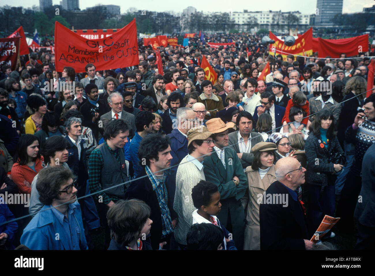 Crowds of socialists gather to hear speeches at the May Day rally in Hyde Park London England 1977 - Stock Image