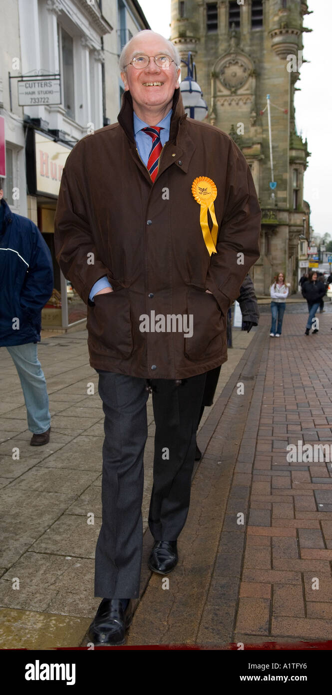 Sir Menzies Campbell CBE QC MP campaigning in Dunfermline, Scotland, January 2006 - Stock Image