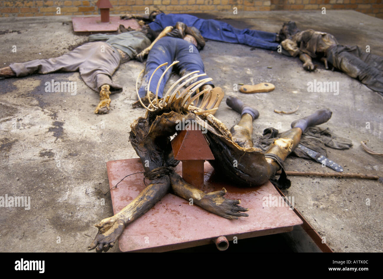 RWANDA THE REMAINS OF A BODY WHICH HAS BEEN TORTURED KABGAYI AUG 1994 - Stock Image