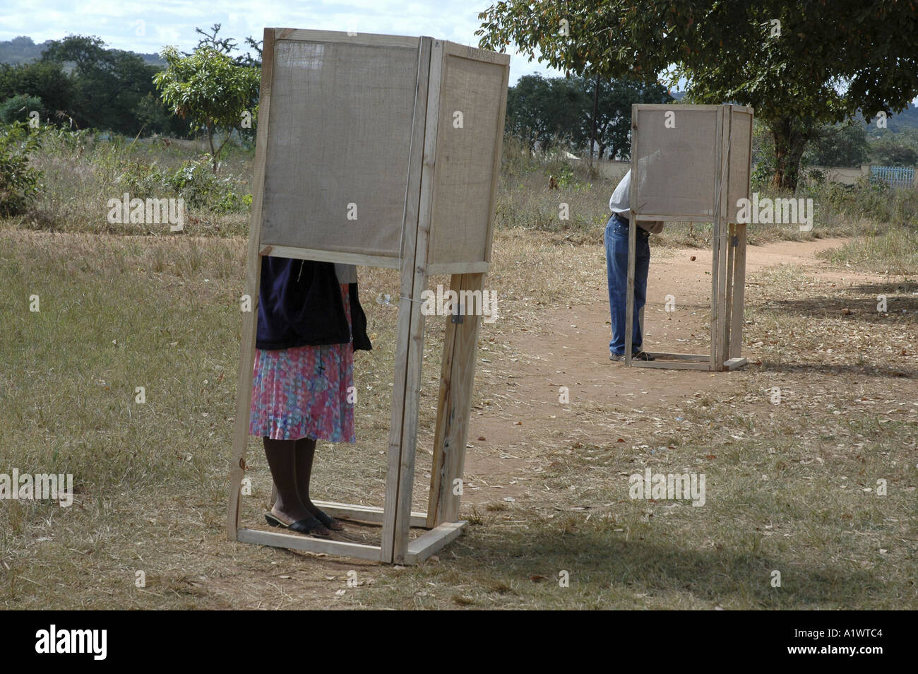 Voter casts their votes in an outdoor voting booth ,  Lilongwe. Malawi election 20th  May 2004 - Stock Image