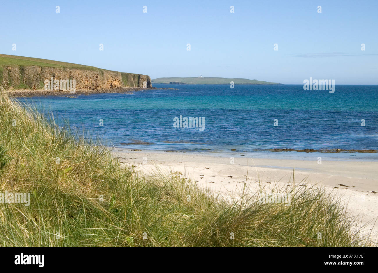 dh Dingieshowe DEERNESS ORKNEY Bay silver sandy beach blue sea sky Copinsay Island sand grass Stock Photo