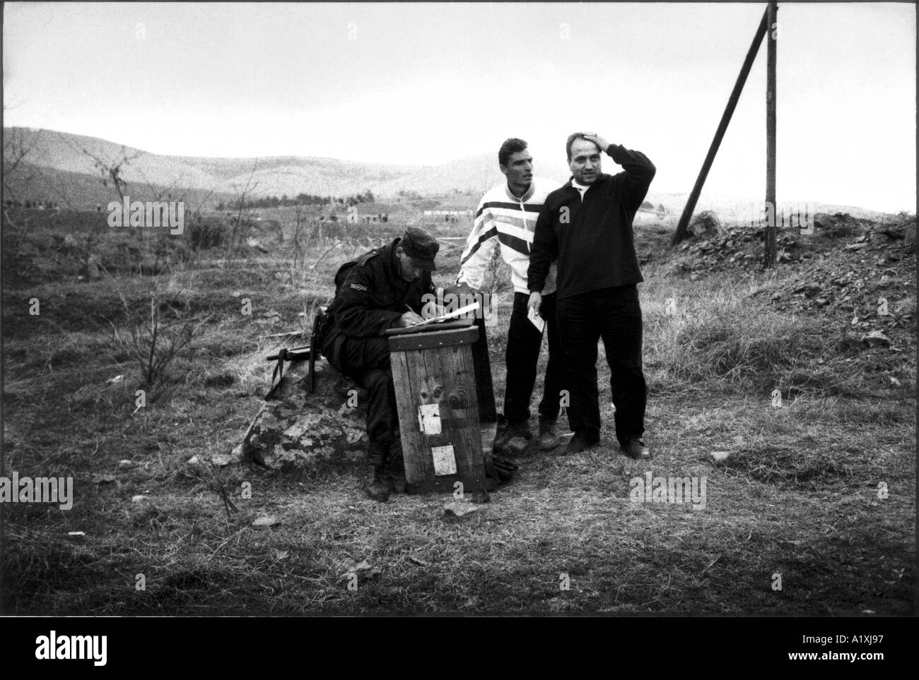 Kosovan refugees without passport or identification papers on the border between Kosovo and Macedonia - Stock Image