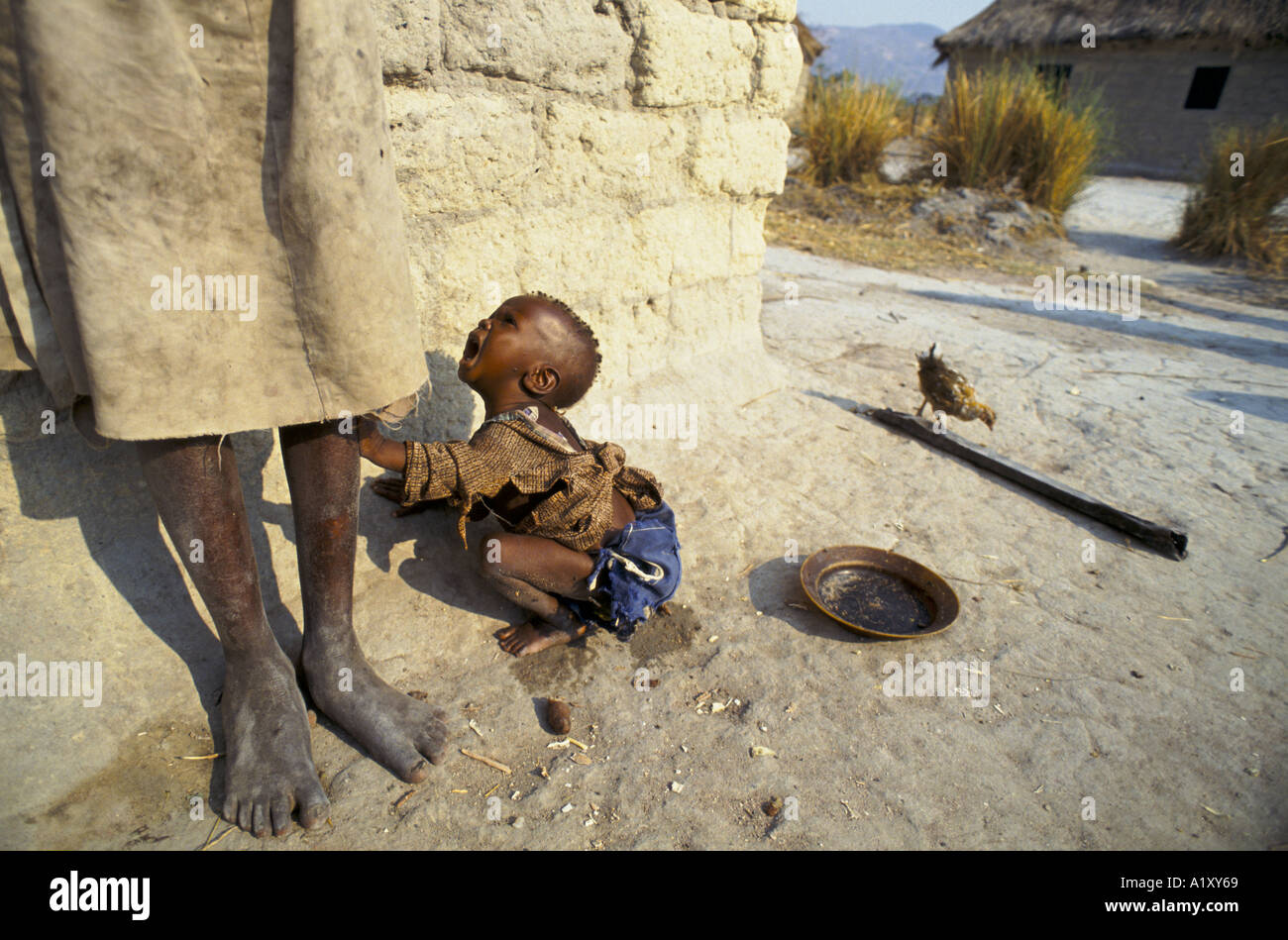ANGOLA CIVIL WAR AUG 1993 CHILD CRYING TO HIS MOTHER FOR FOOD IN NO MANS LAND BETWEEN THE UNITA GOVERNMENT TROOPS - Stock Image