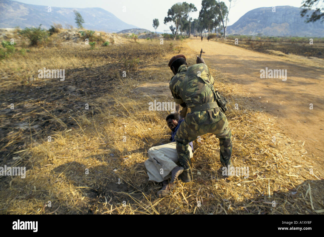 ANGOLA CIVIL WAR AUG 1993 A SUSPECTED UNITA GUERILLA IS BEATEN UP BY A SOLDIER WITH RIFLE BUTTS - Stock Image