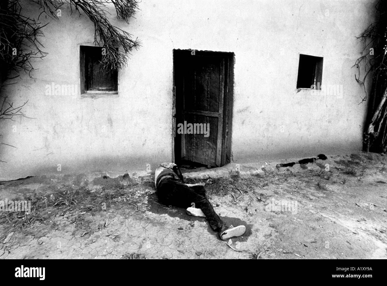 Rwanda Civila War - The body of an ethnic Hutu lies decaying in front of a doorway - a victim of the Tutsi massacre. - Stock Image
