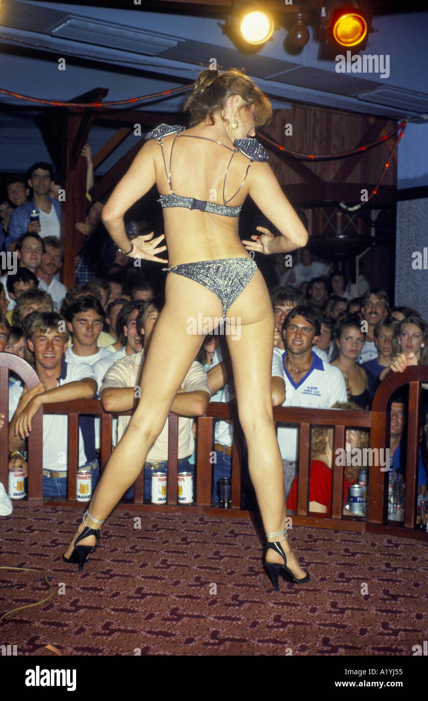 SYDNEY AUSTRALIA STRIPPER IN PUB MOUROUBA BEACH 1985 - Stock Image