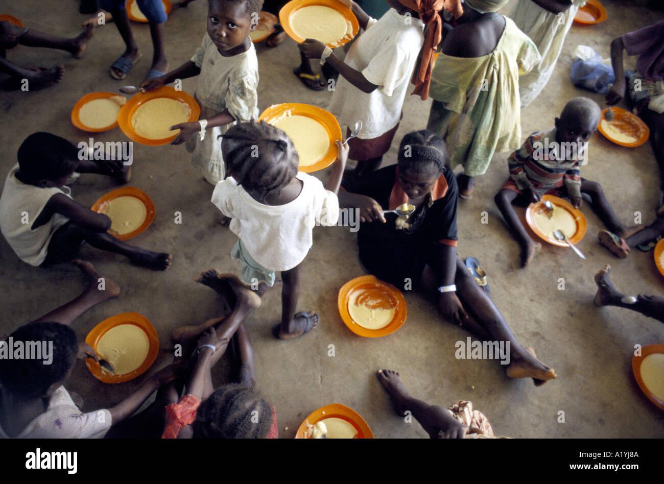 LIBERIA REFUGEES OCT 1996 OXFAM FEEDING CENTRE AT SINJE LIBERIA 1996 - Stock Image