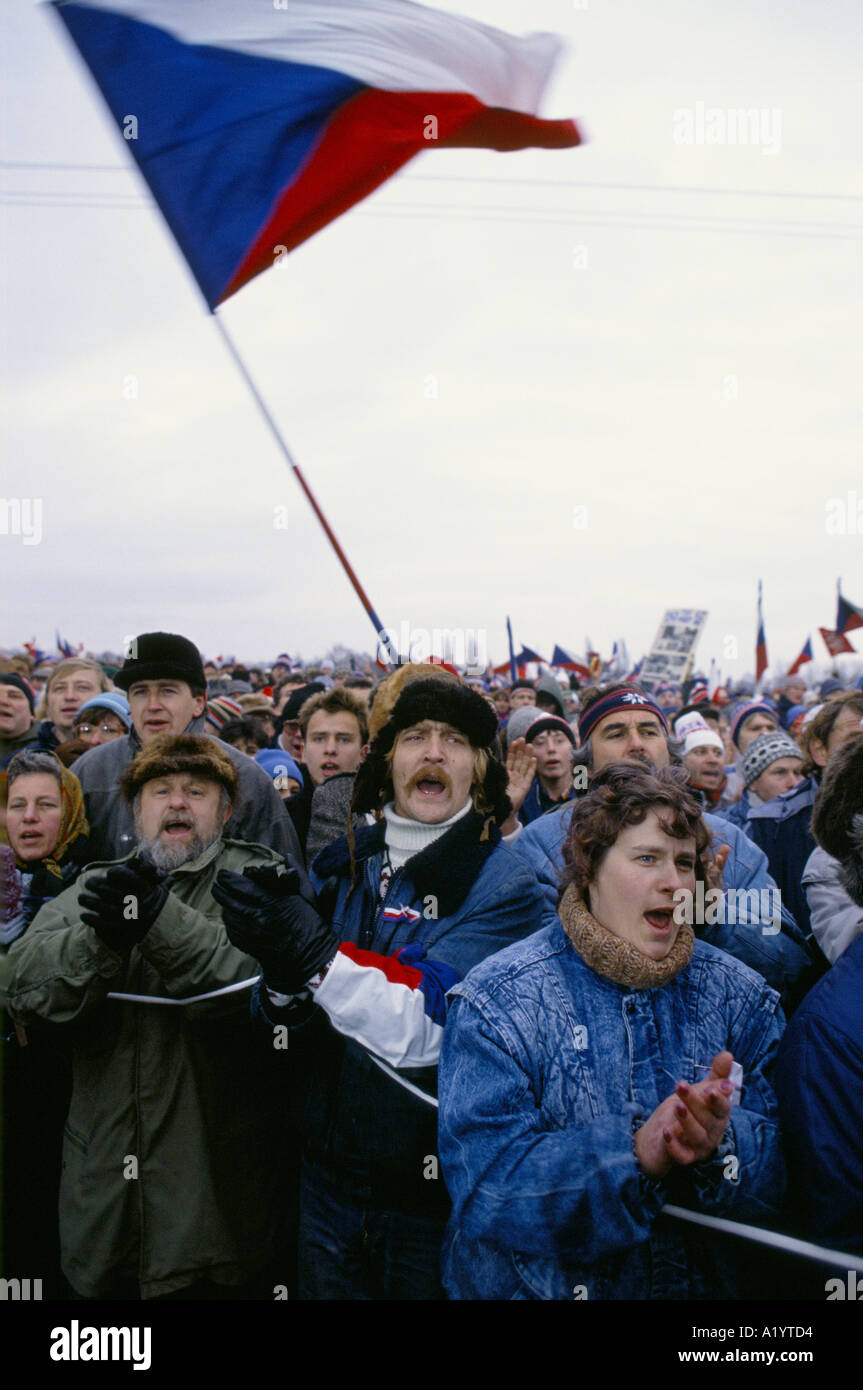 CROWD OF PEOPLE SHOUTING CLAPPING WAVING NATIONAL FLAGS IN PRAGUE DURING REVOLUTION 00 11 1989 - Stock Image