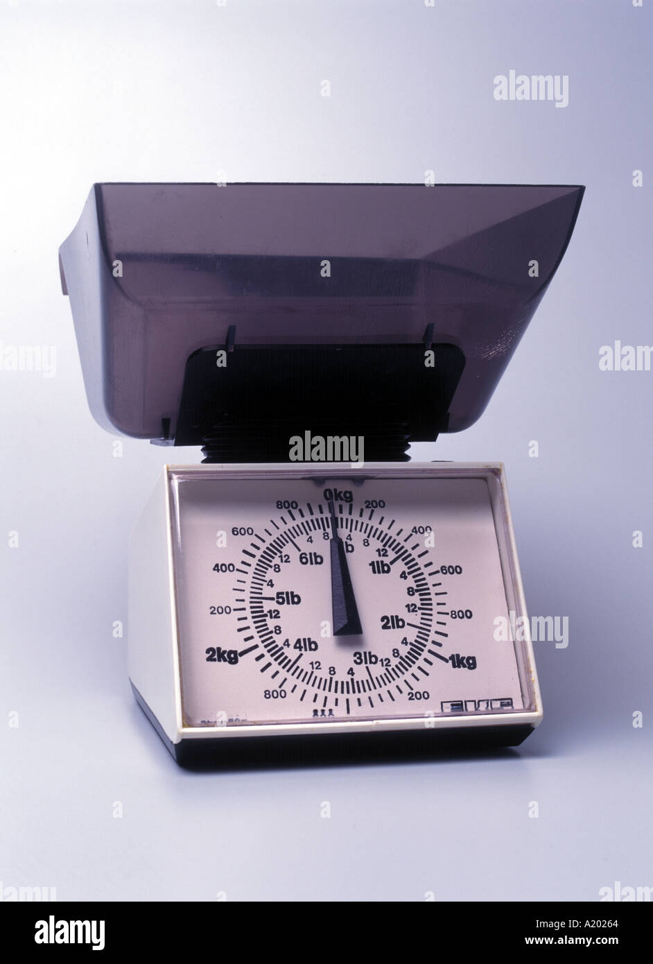 plastic kitchen scales reading 0 to 3kg and 0 to 6lbs - Stock Image