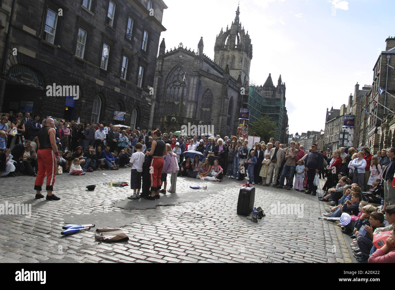 Street theatre performers entertain tourists in the Royal Mile High Street during annual International Arts festival, Edinburgh. - Stock Image