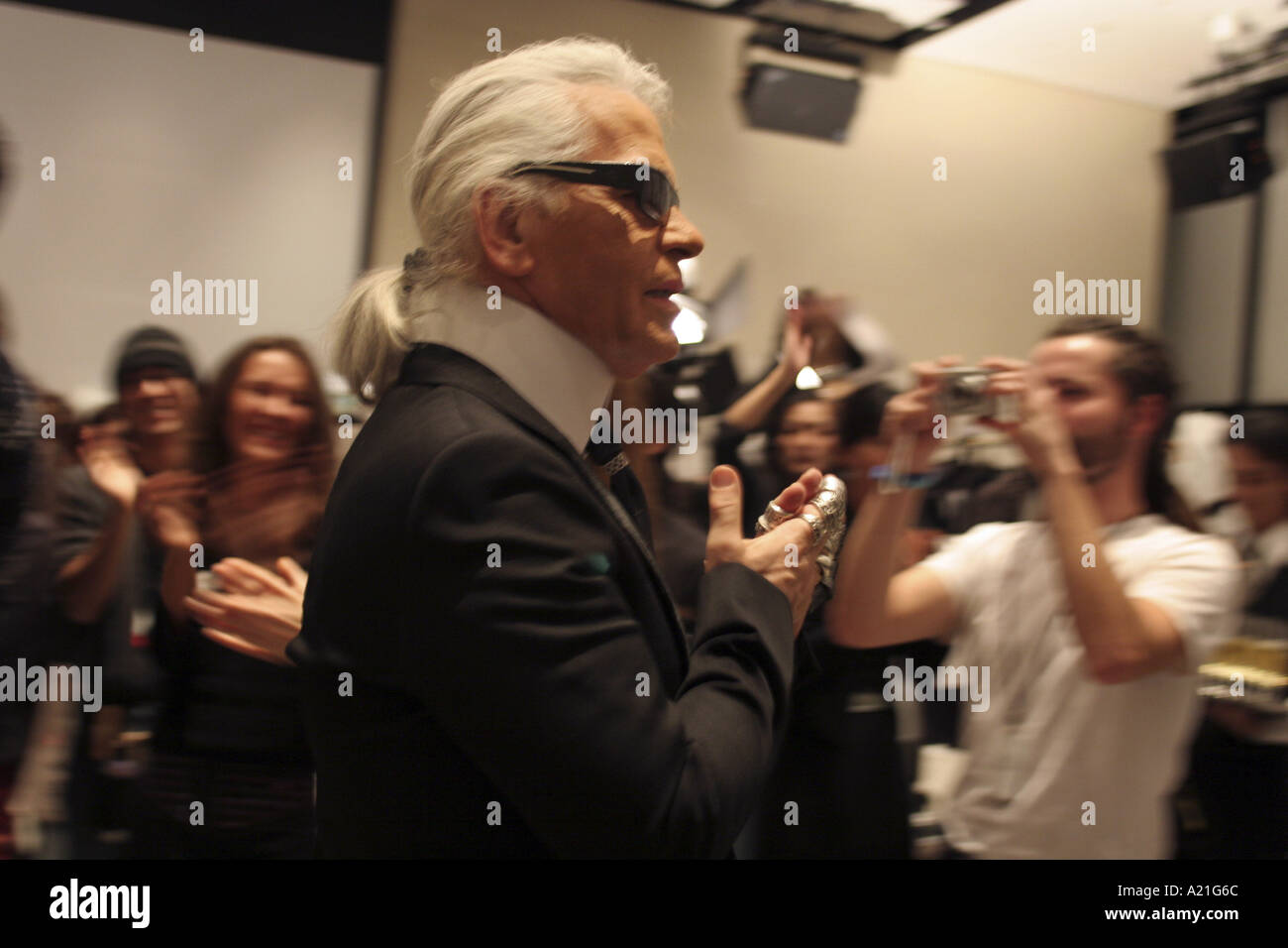 Karl Lagerfeld and models applaud each other backstage after Chanel fashion show, Tokyo, Japan. - Stock Image