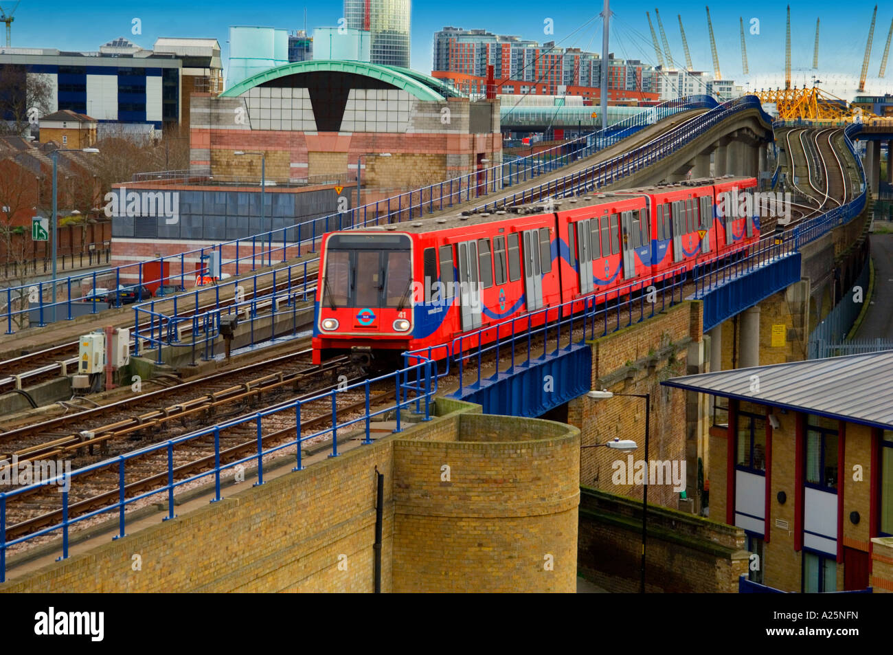 https://c8.alamy.com/comp/A25NFN/dlr-train-docklands-light-railway-going-over-viaduct-bridge-isle-of-A25NFN.jpg