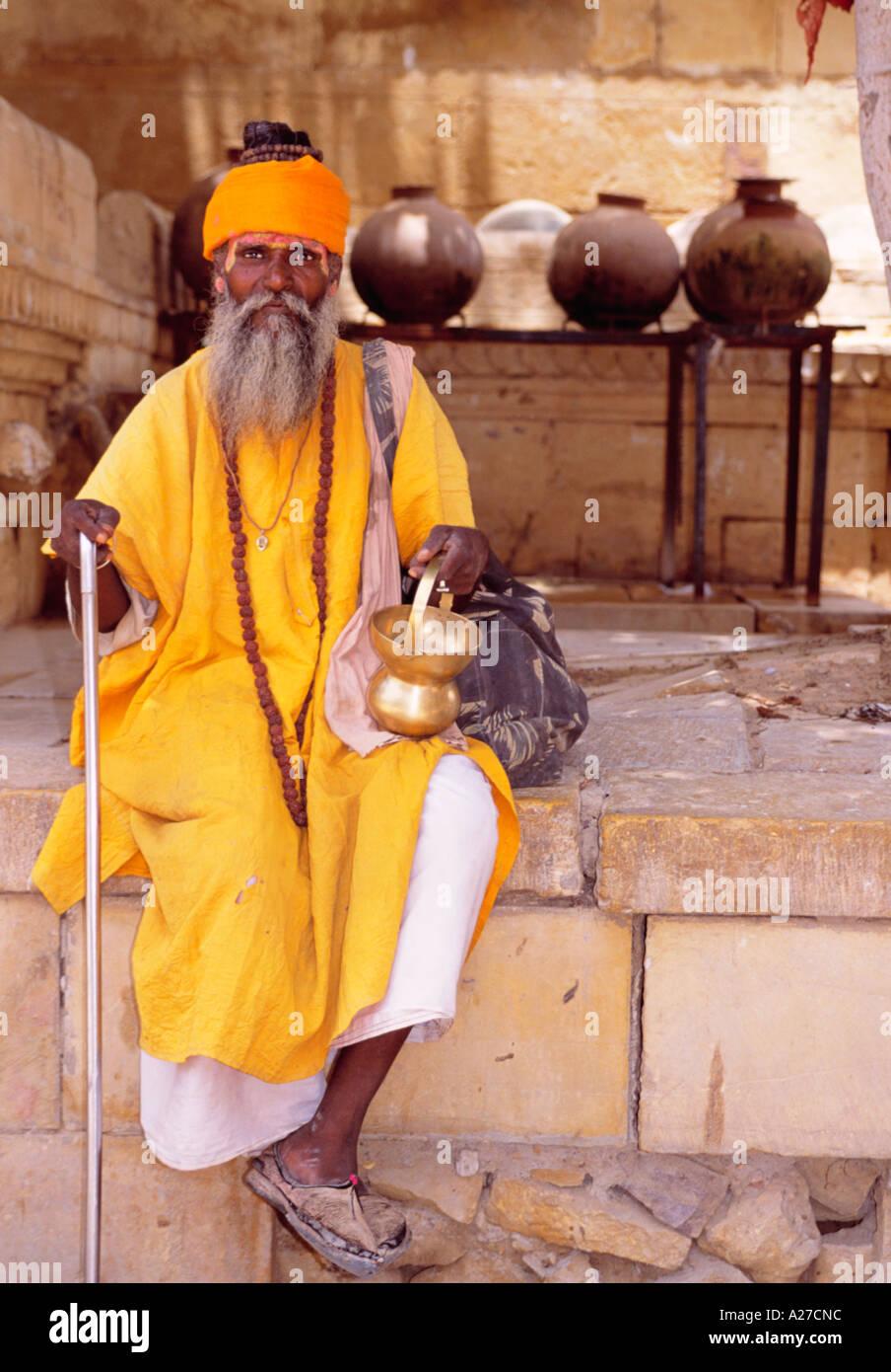 INDIA RAJASTHAN JAISLAMER BEGGAR ON WALL WITH POT - Stock Image