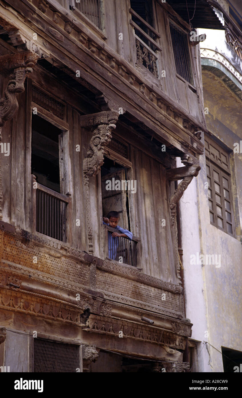 An Indian boy looks out of the window of a traditional house (Haveli) in Gujarat - Stock Image