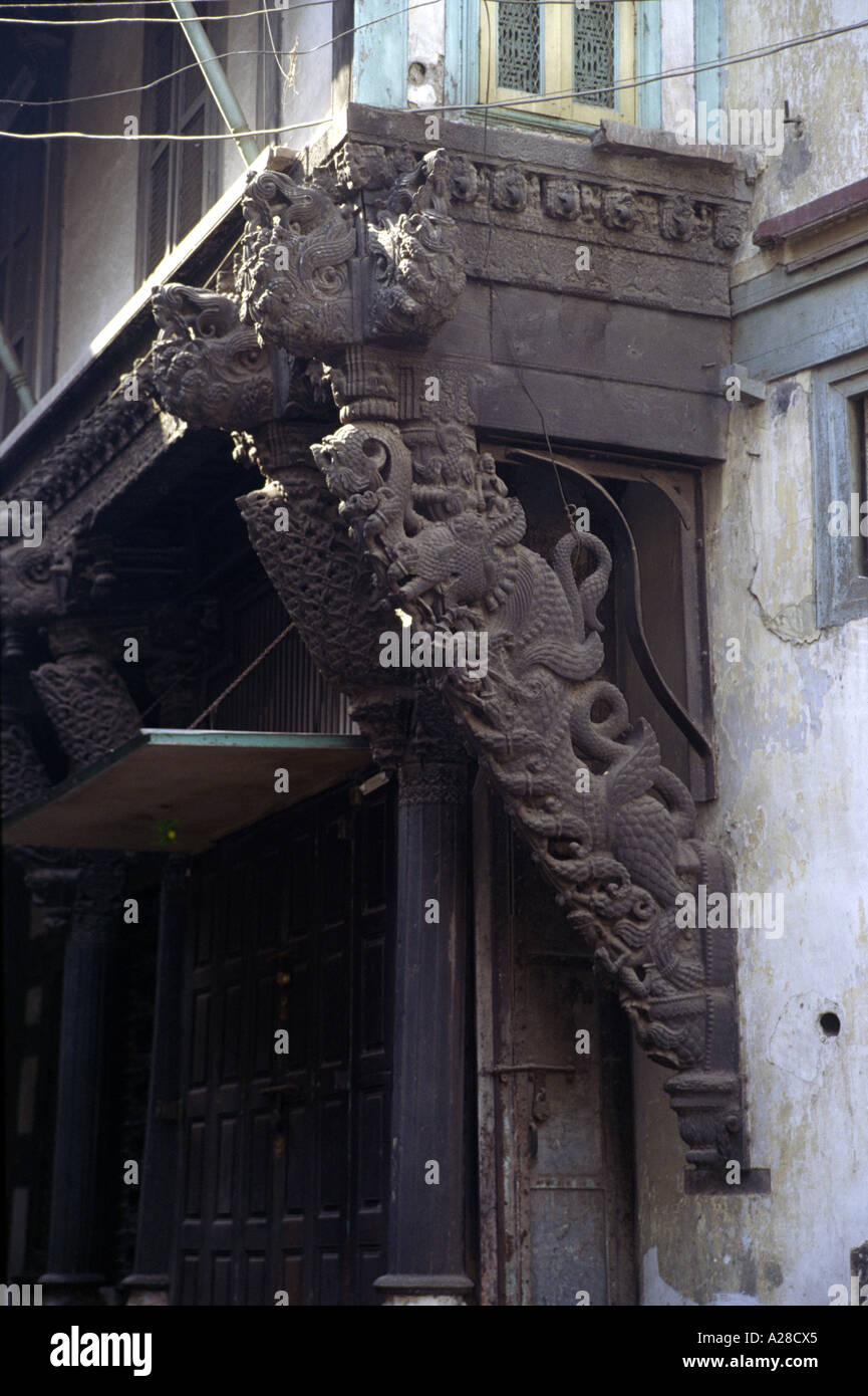 Carved wooden strut supporting a cantilevered section of a Haveli in Gujarat - Stock Image