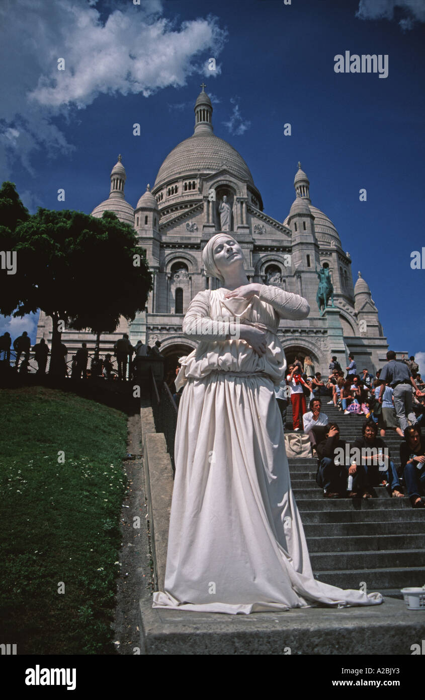 Mime artist at the Sacre Coeur Basilica in Montmartre - Stock Image